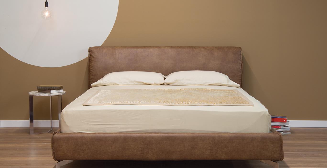 αποχρώσεις του καφέ σε τοίχο και κρεβάτι